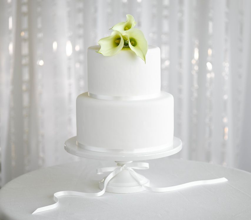 Beautiful And Simple Wedding Cake With Lillies