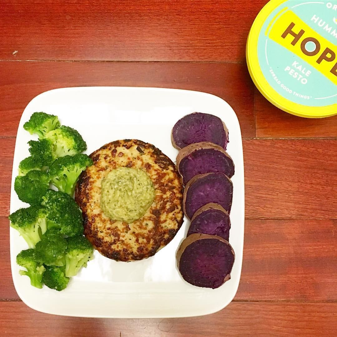 Se det här fotot av @runsonpeanutbutter på Instagram • dinner every night 👌🏼 broccoli 🌳, @traderjoeslist chili lime chicken burger, and the prettiest purple sweet tater I've ever seen 🙊 topped with @hopefoods kale pesto hummus for good measure 💁🏼 #postworkout #cleaneats