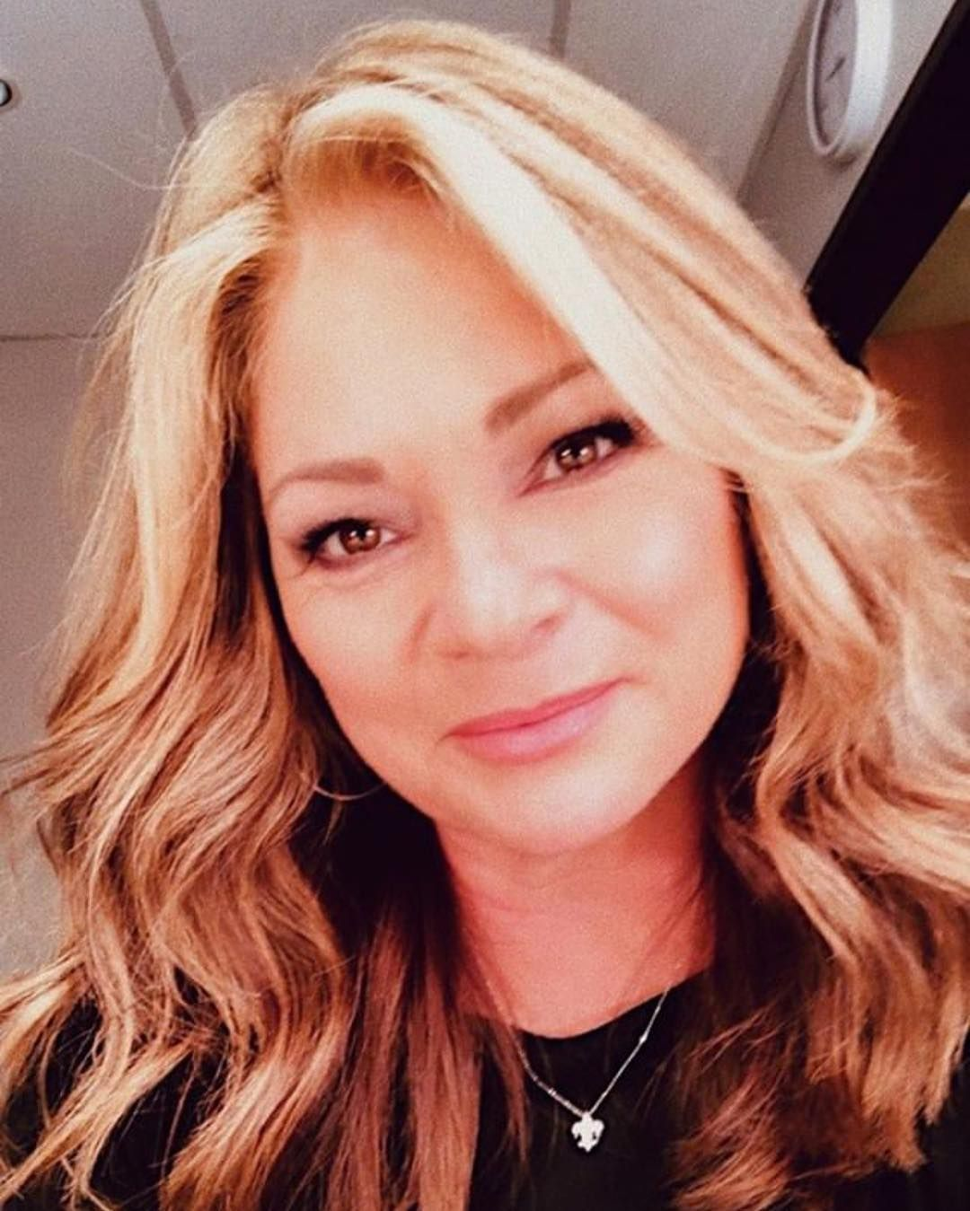 Mmm We Smell Something Good Cooking Up In The Kitchen It Must Be Valerie Bertinelli How Gorgeous Does She Look Long Hair Styles Hair Styles Best Cooking Oil