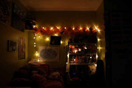 I lovee the use of Christmas lights in bedrooms \u003c3 new room