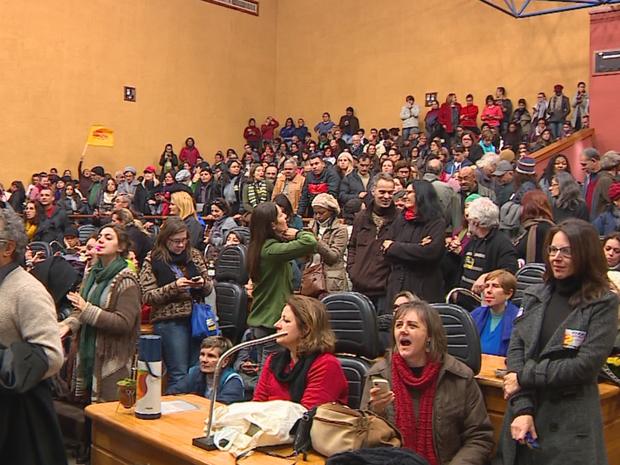 Professores discutem greve na Assembleia, em Porto Alegre (Foto: Reprodução/RBS TV)