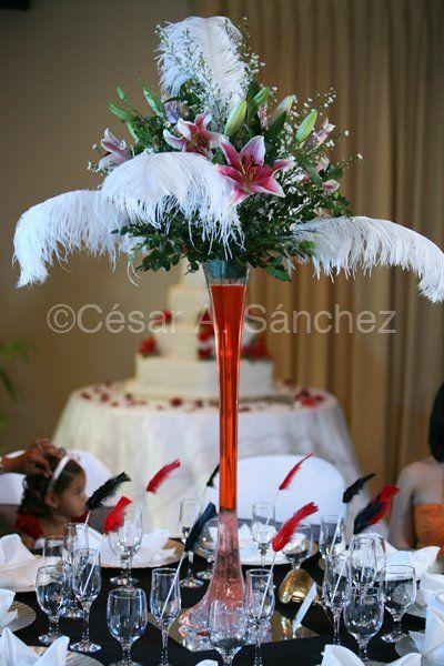 Centro de mesa con detalles en flores y plumas centros - Centros de mesa con flores ...