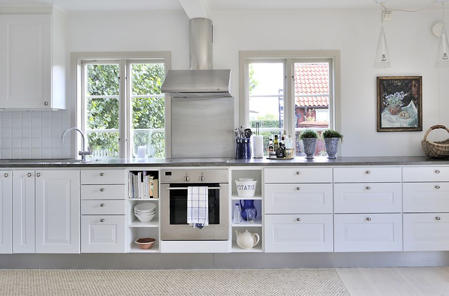 love the shelves on both sides of the stove, storage!