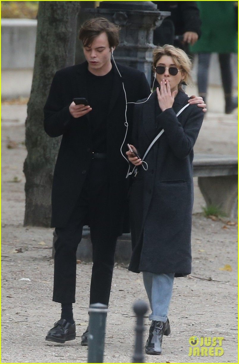Stranger Things Charlie Heaton Natalia Dyer Hold Hands In Paris Stranger Things Stranger Natalia