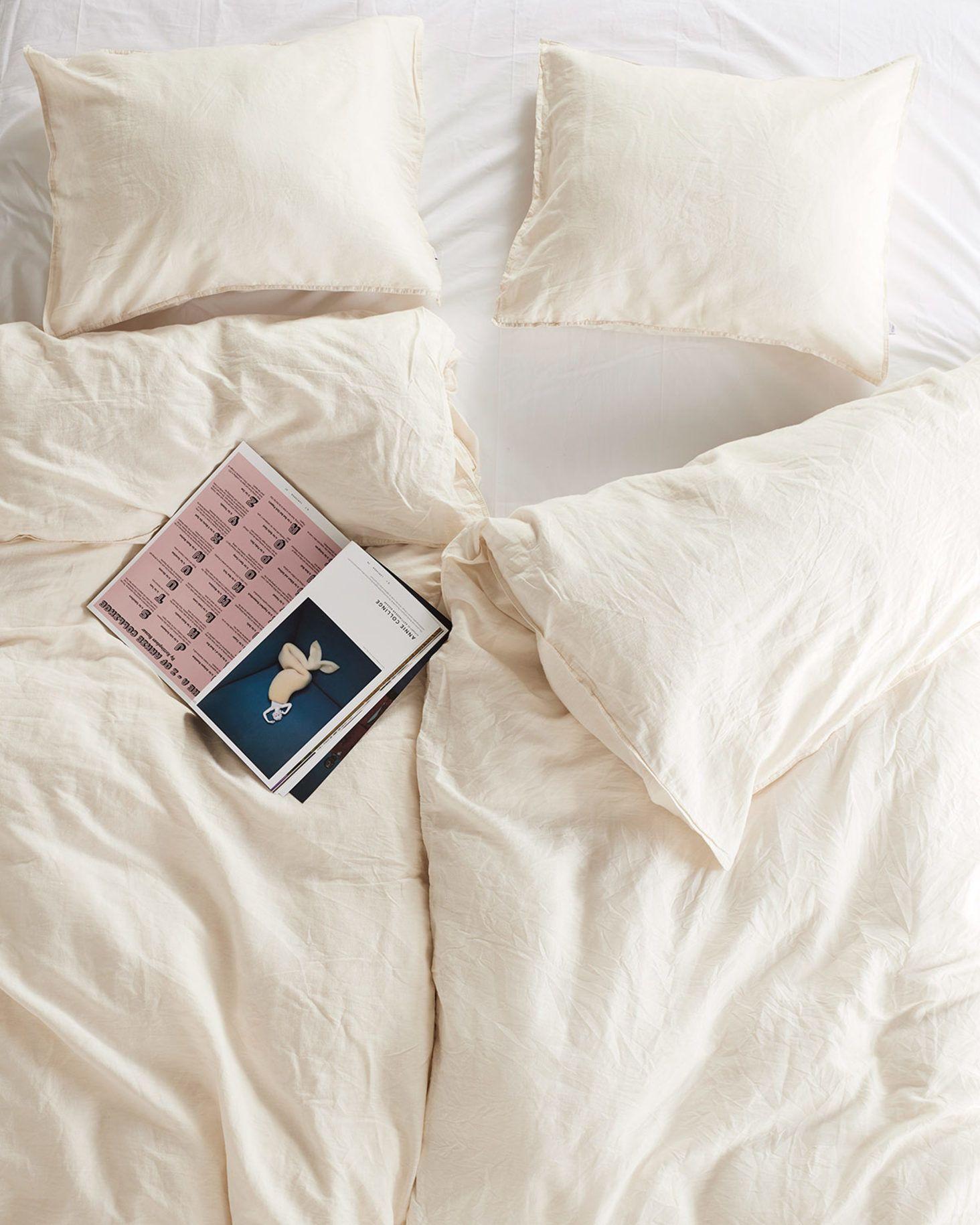 Lovly bedding set made of 50% Ecolabel cotton and 50% linen, perfect for warm and cold nights. #vingahome #vingasweden #vingaofsweden #inredning #interior #skandinaviskahem #scandinavia #homeliving #nordicliving #scandinavianstyle #interiordesign #nordicdesign #nordicdesign #swedenhouse #inredningsinspo #inredningsdetalj