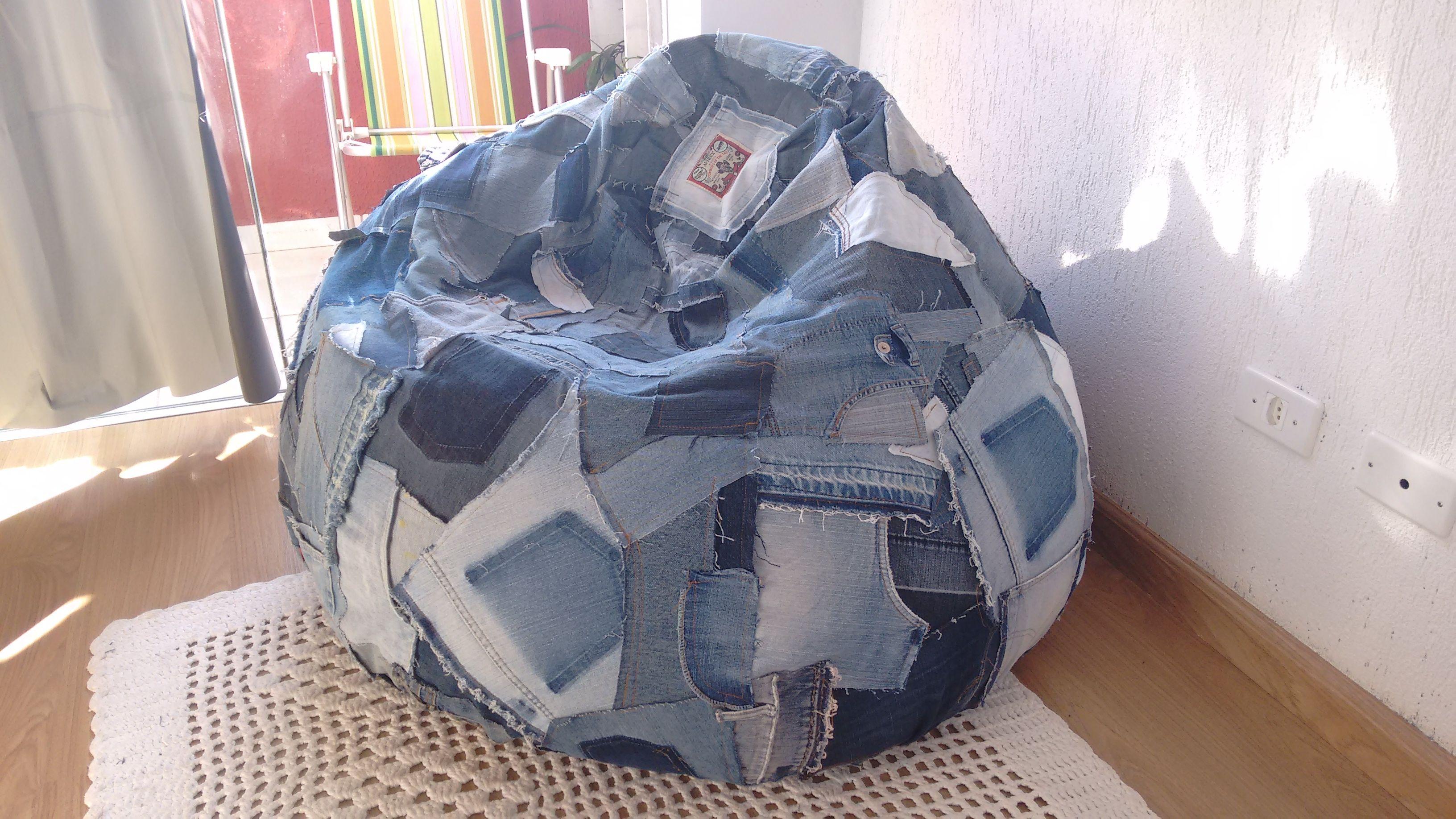 Capa para puf em retalhos de jeans.  Criação e execução: Atelier Isatramas.