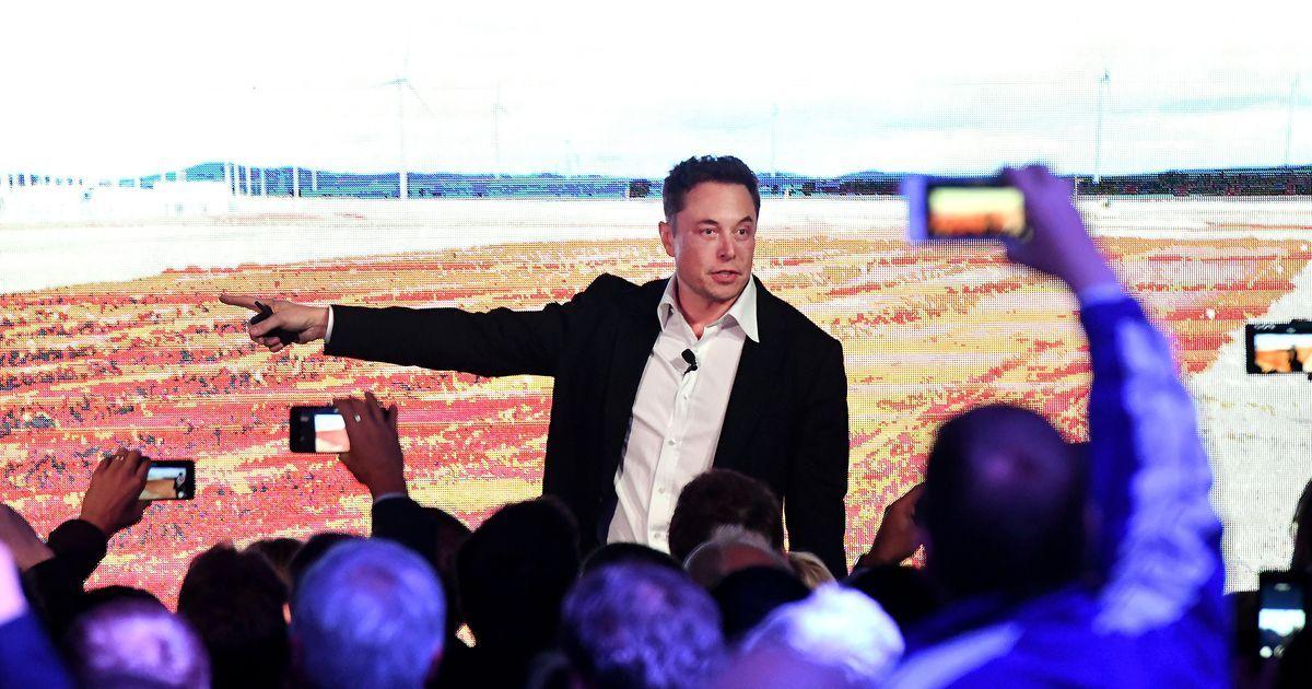Elon musk and chicago mayor rahm emanuel hold loop press