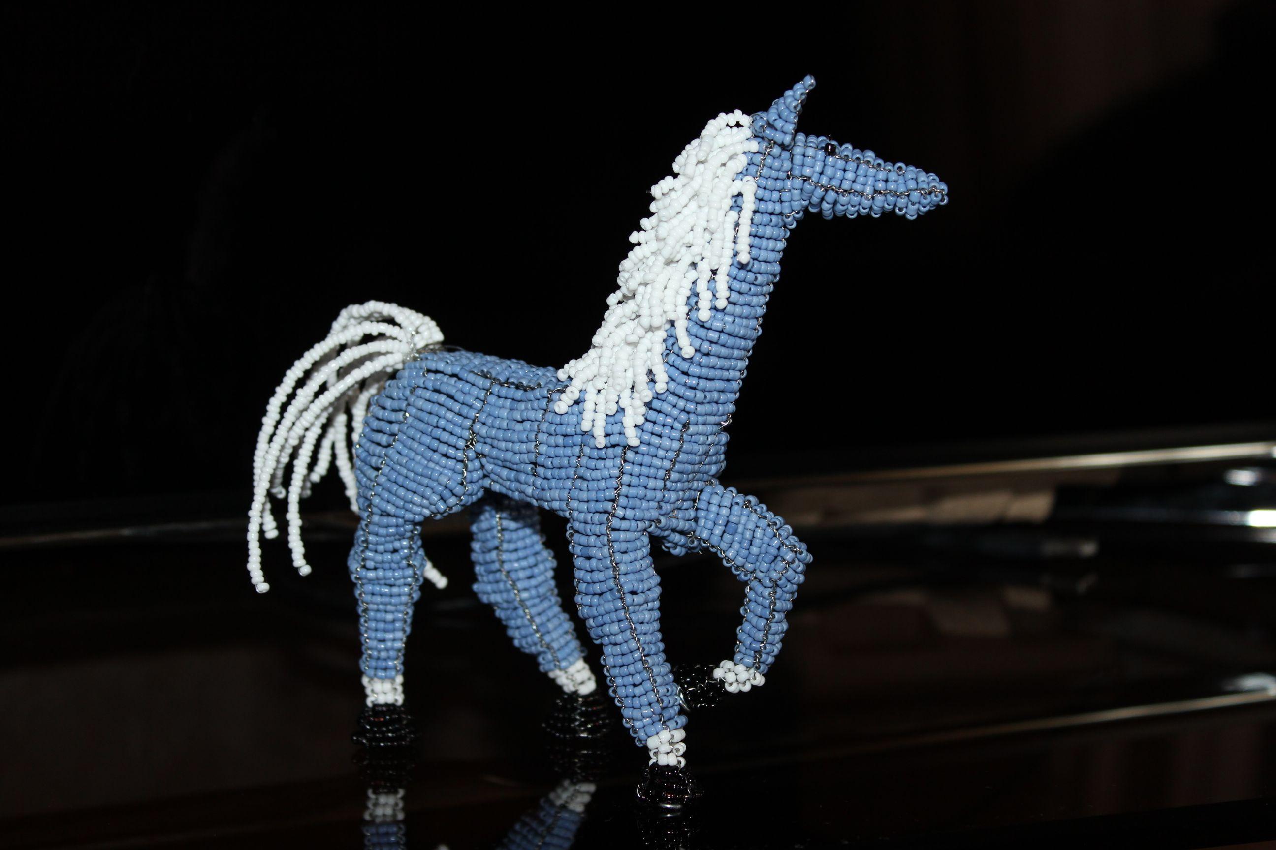 Синяя лошадь из бисера