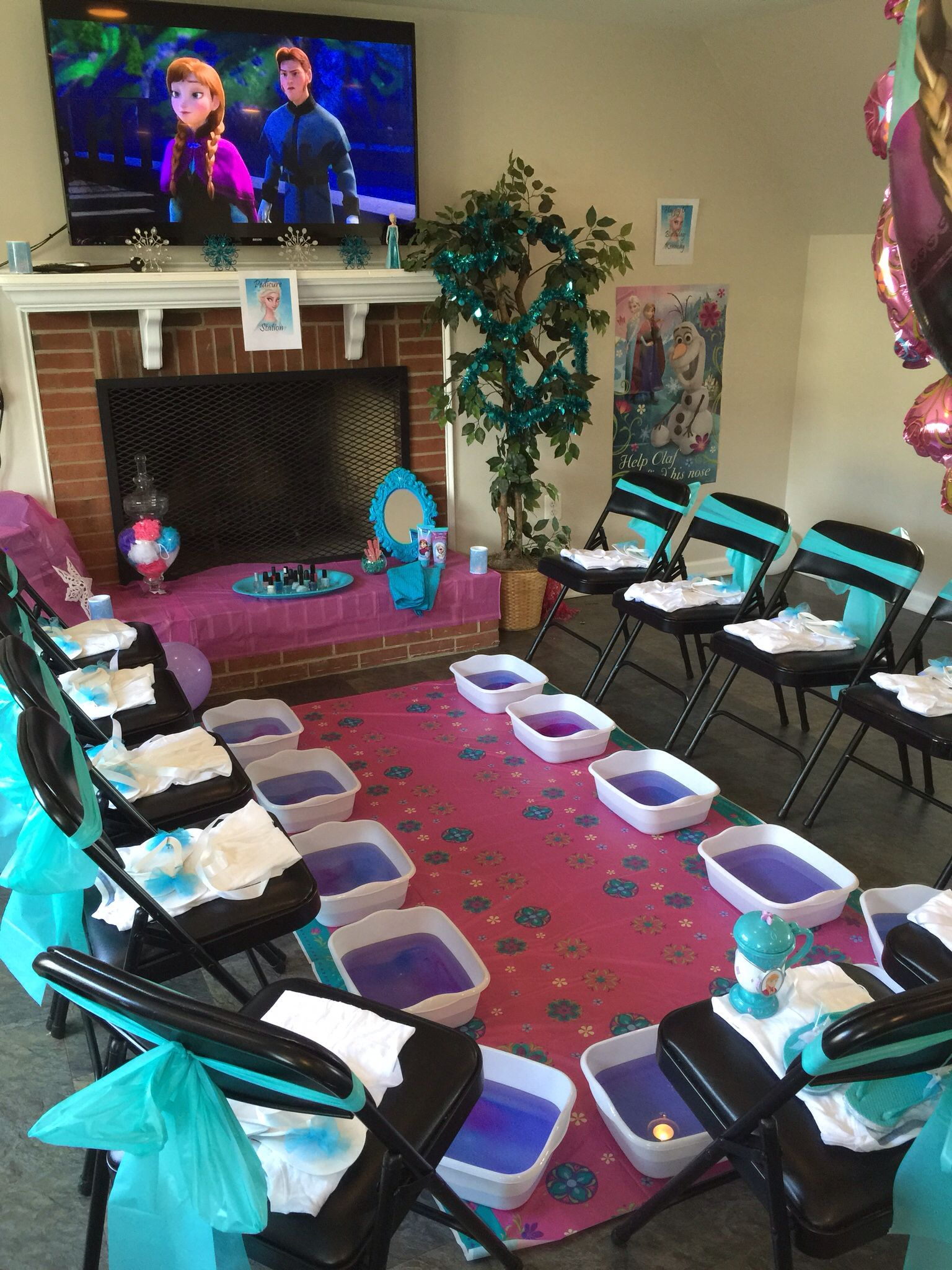 Frozen spa party pedicures and a movie party frozen for Ideas para decorar una recamara