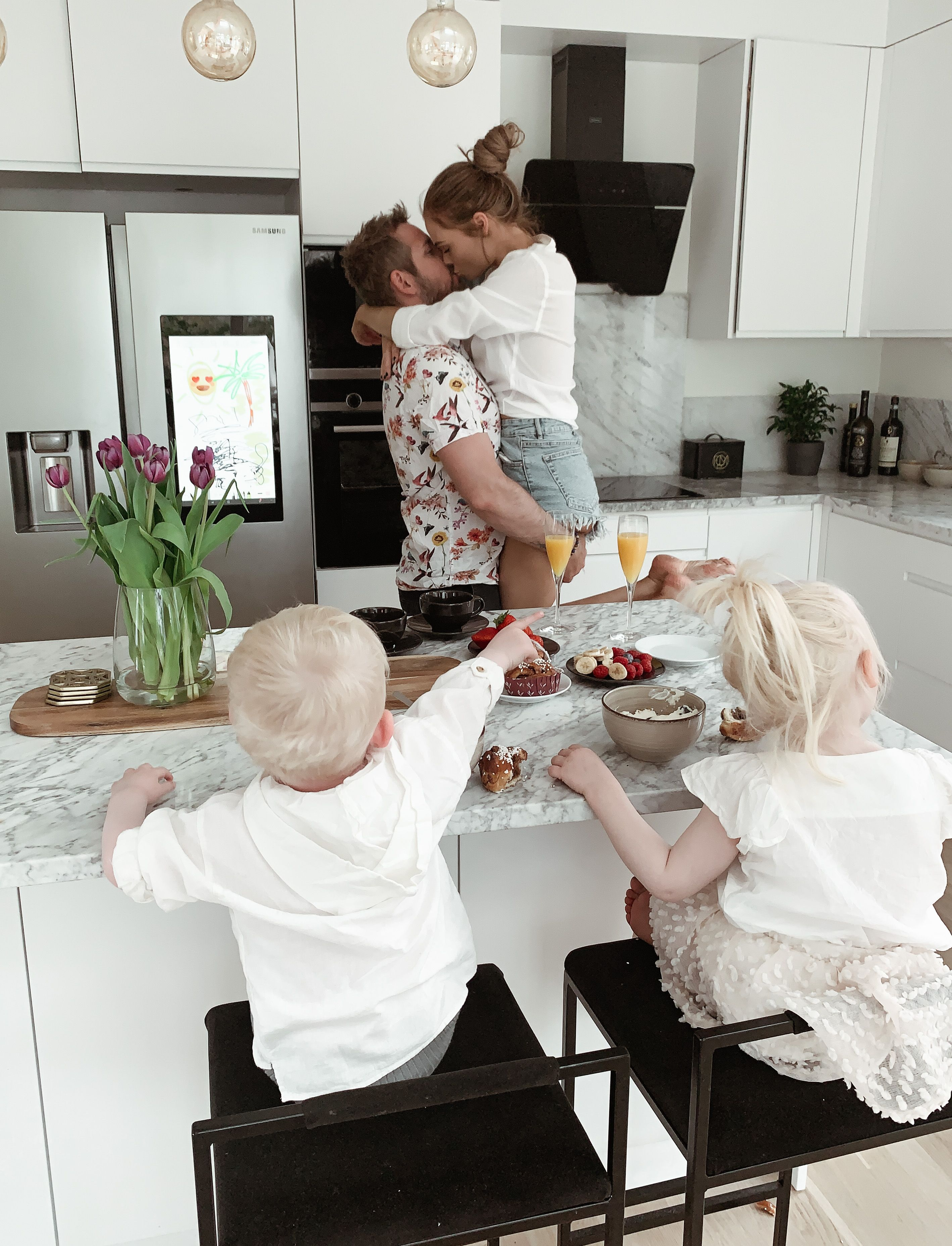 Thanks to our Familyhub we always have our kids entertained in the kitchen @samsunghomeappliances #samsunghome #samsunghomeappliances #kitchen #familygoals