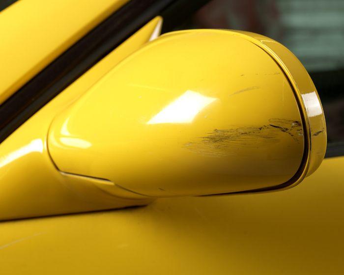 Un tipo di incidente molto comune tra automobilisti è quello di andare a sbattere con gli specchietti, per esempio mentre si sta parcheggiando in spazi ristretti. Ecco che ci si ritrova rigature antiestetiche che ci ricordano ogni volta di quanto siamo sbadati. Grazie a questo tutorial e al nostro Dremel possiamo eliminarle, vediamo come