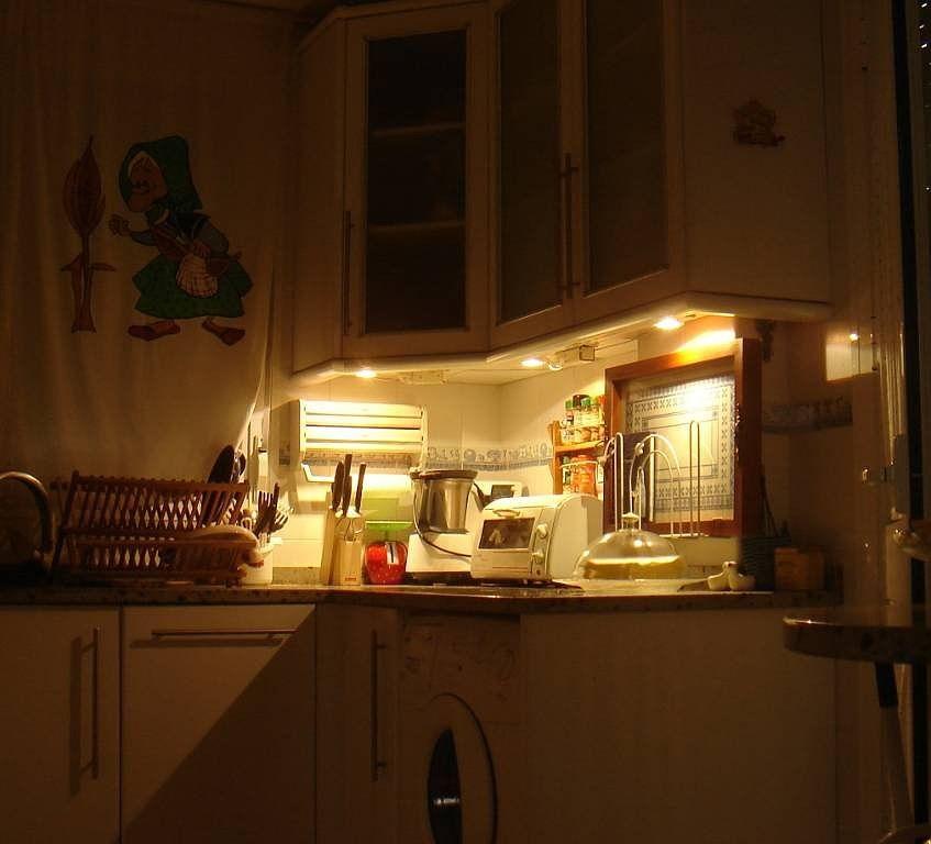Luz bajo los muebles de cocina