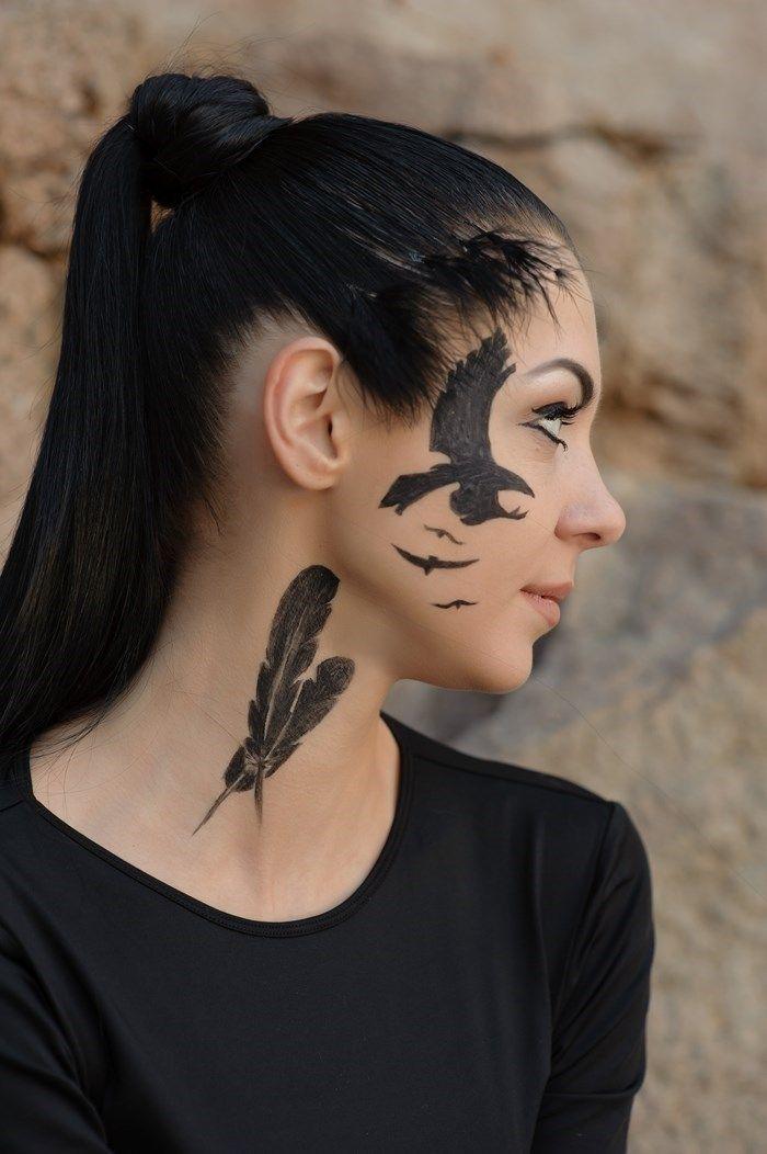 tatouage plume hirondelle sur cou et visage femme