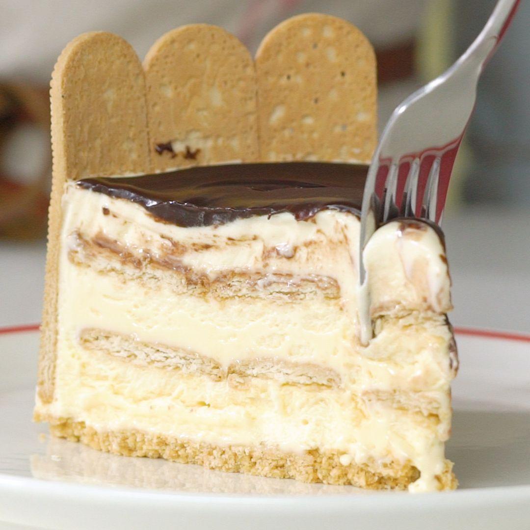 Uma base crocante de biscoito maizena Piraquê com um recheio cremoso, essa com certeza é a torta de sorvete perfeita!
