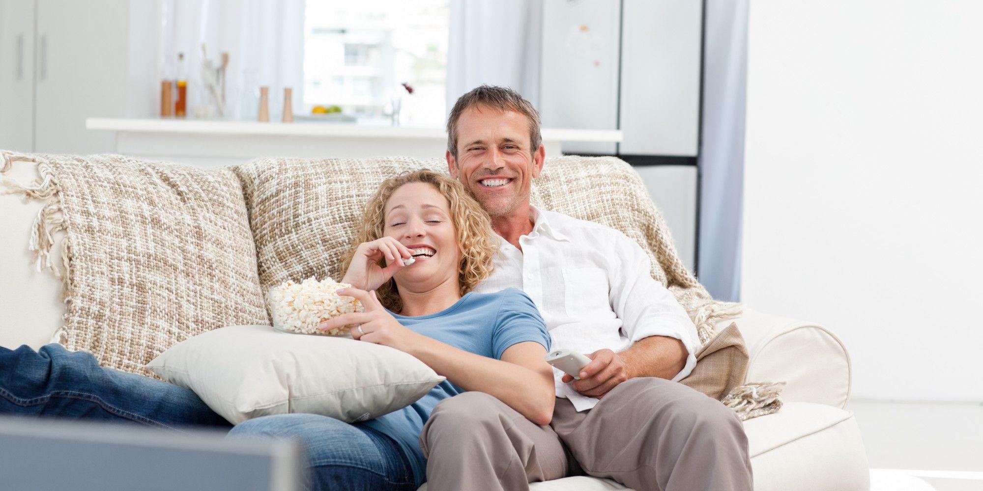Résultats de recherche d'images pour «happy couple on couch»