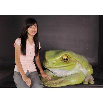 これって、けっこうシュールじゃない? 巨大蛙と女性。