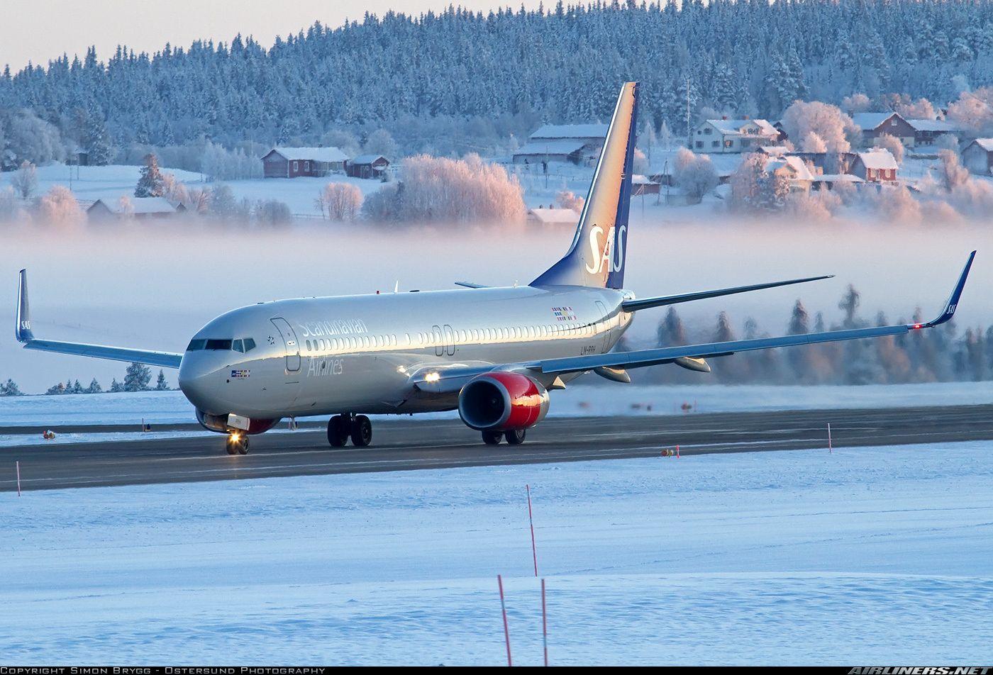 Scandinavian Airlines Sas Boeing 737 883 Ln Rrh Freja Viking Powering Up To Take Off Speed While Departing A Scandinavian Airlines System Boeing 737 Boeing