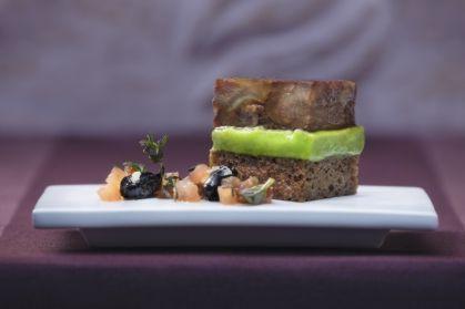 Marinierter Ochsenschwanz mit Erbsencrème, Thymian und kandierten Oliven