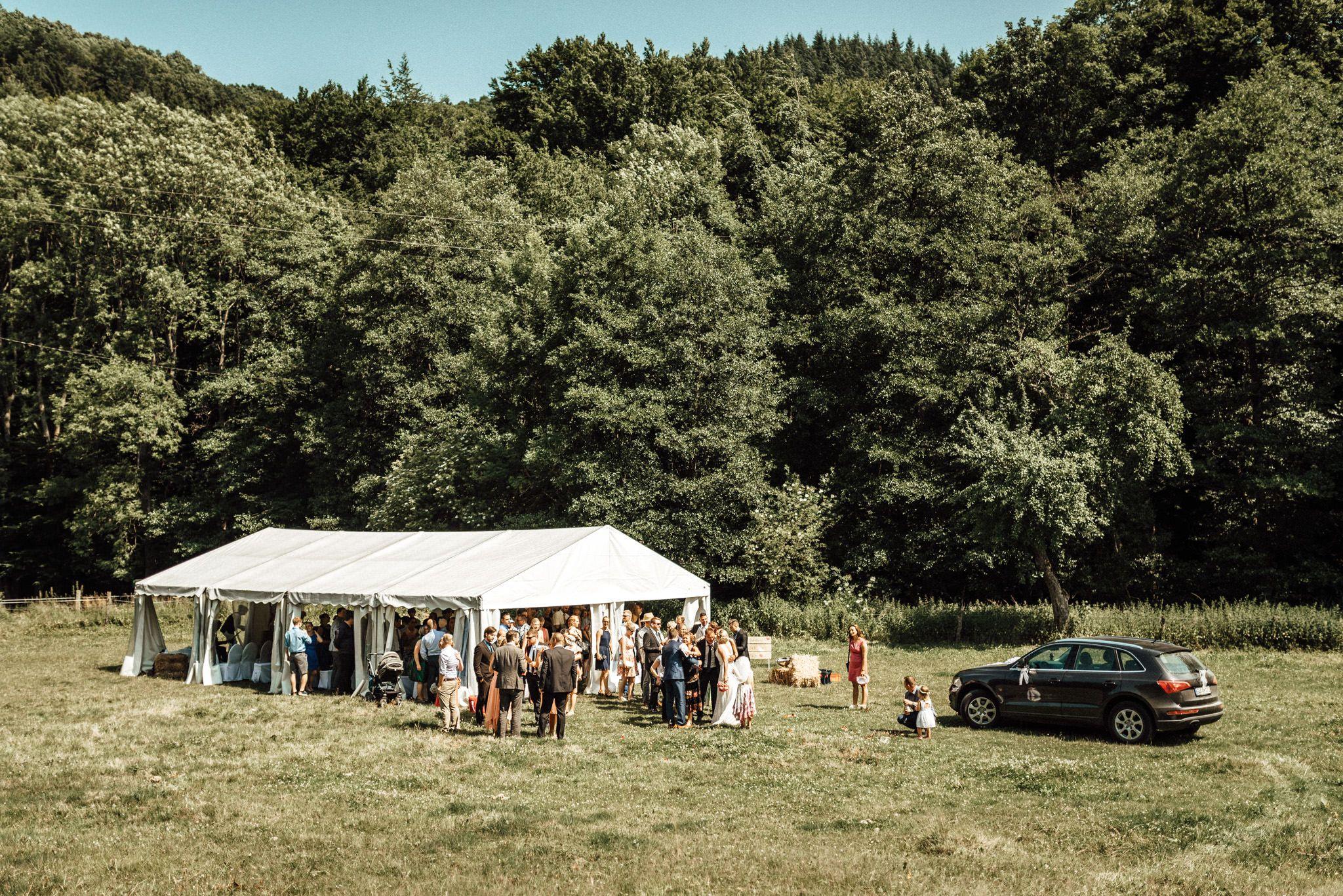 Die Hochzeit Outdoor In Einem Zelt Feiern Sommer Boho Hochzeit Im Grunen Bei Der Mestrenger Muhle In Hurtgenwald Hochzeitsfotograf Hochzeitsfotos Hochzeit
