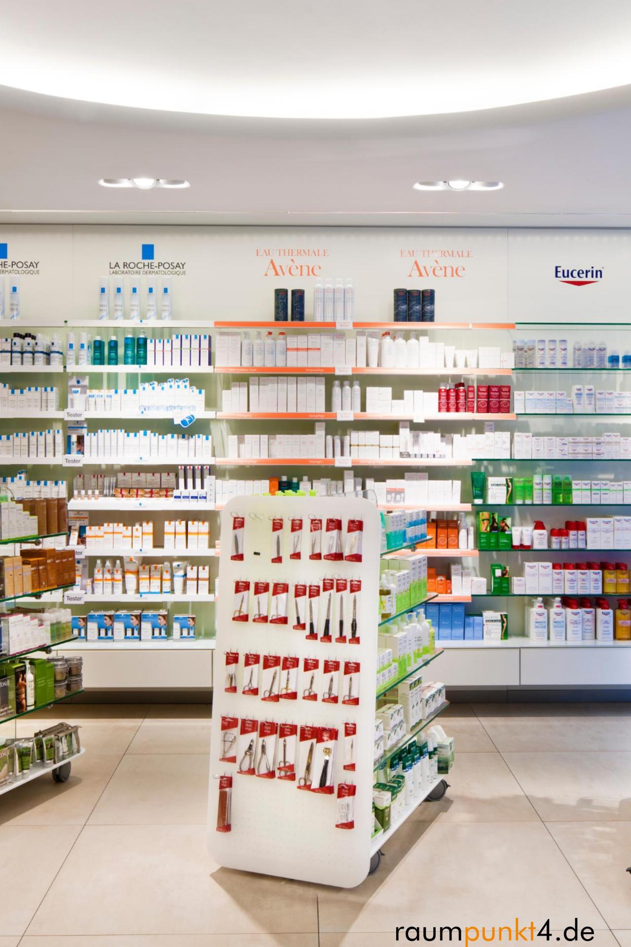 Schlichte Freiwahlregale Fur Eine Eglegante Und Zeitlose Verkaufsraumgestaltung In 2020 Apotheke Glasregal Glasboden