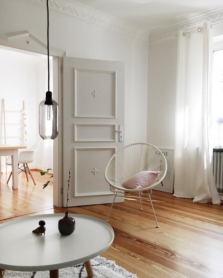alt und neu: heller altbau mit acapulco chair und holzboden. mehr ... - Wohnideen Alt Und Neu