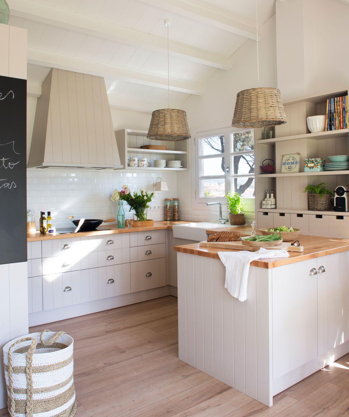 00458444 O. Cocina rústica en color crema con encimera de madera y ...