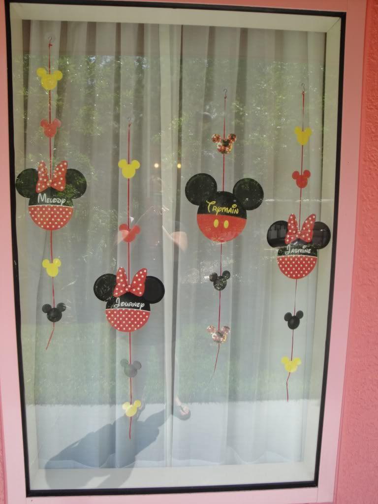 Mickey minnie window decorations disney window for Hotel door decor
