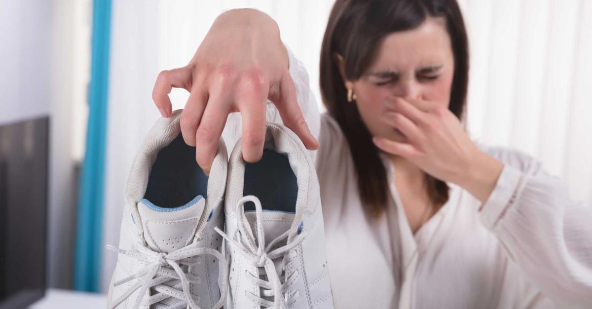 Cómo Quitar El Olor De Los Pies Con Remedios Caseros Mal Olor Zapatos Limpieza De Zapatos Olor De Los Pies