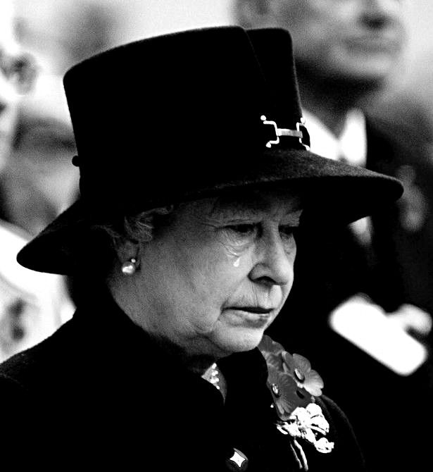 The Queen - crying Photo taken by Jeremy Selwyn in November 2002. This image…