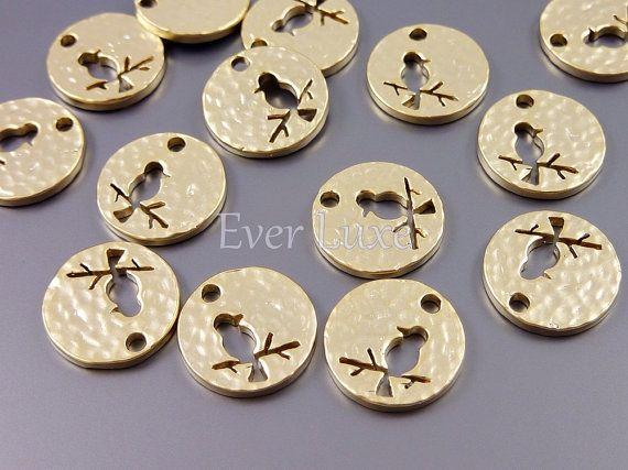1771-MG (4 pcs) gold hammered disk bird charms de EverLuxeInc sur DaWanda.com