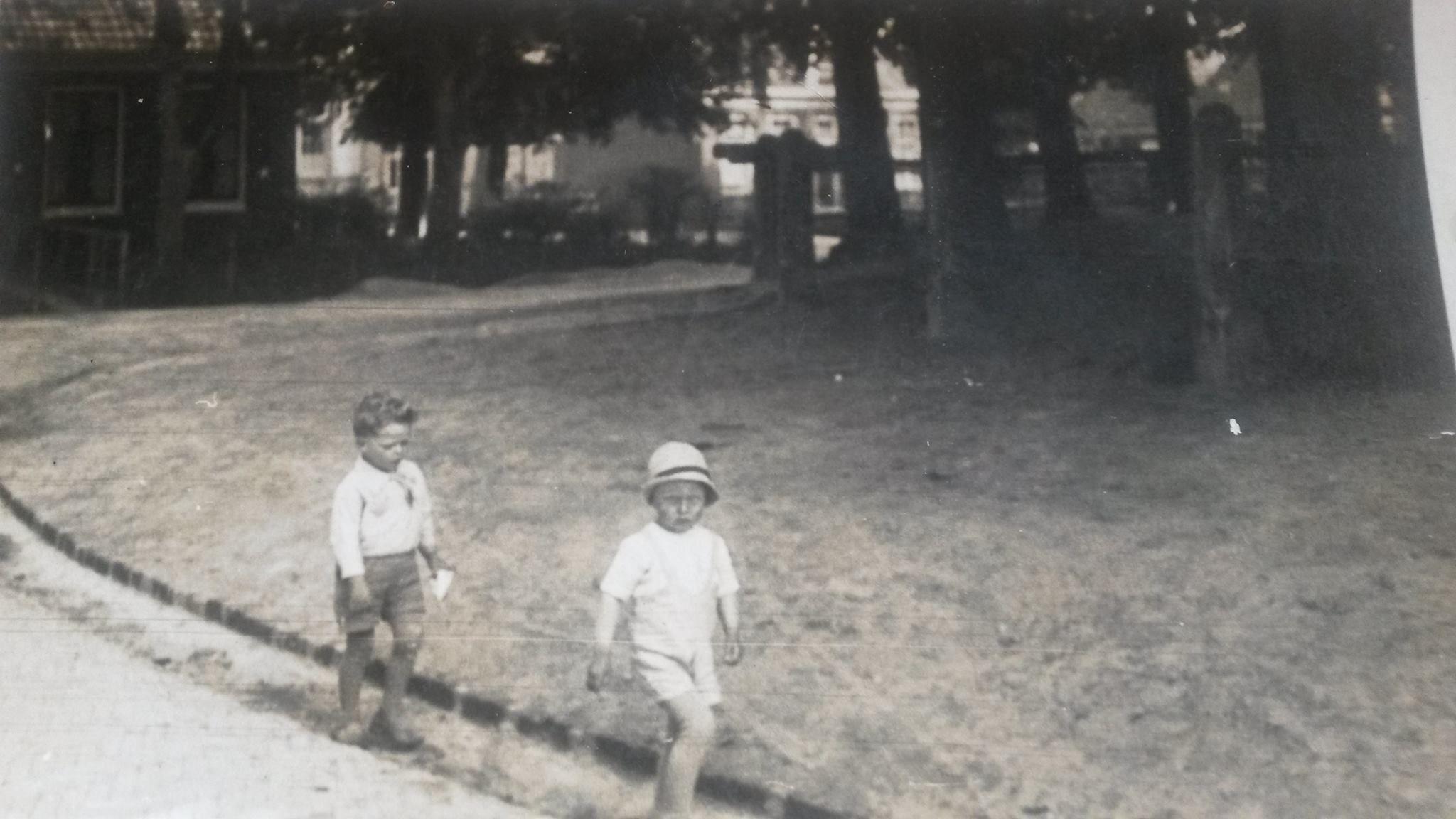 Germ Joekema en Thomas Smits begin jierren 30. Op de achtergrond de woning van Mr Hoogeveen (8-88)