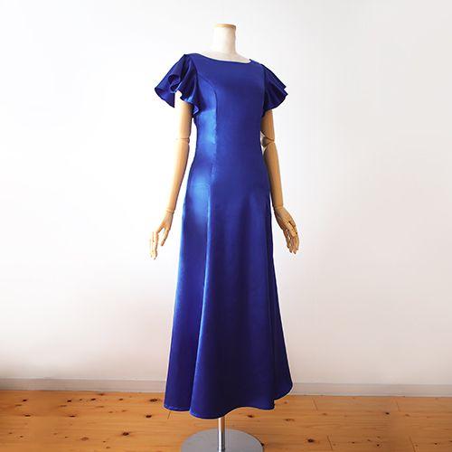 ひらりと揺れる袖が可愛らしいフラドレスです。こちらはストレッチサテンのタイプです。 視覚的にも軽やかで愛らしいドレスです。