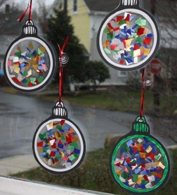 kerstballen maken knippen, plakken in lamineerhoes, scheuren en opvullen, lamineren, knippen, touwtje met naald erdoor