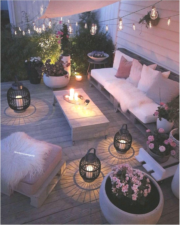 Una Pequena Terraza Unos Muebles Con Encanto Luces Y Muchas Muchas Flores Gemtlicherbalkon Balkon Balko Diy Garden Furniture Outdoor Diy Projects Patio