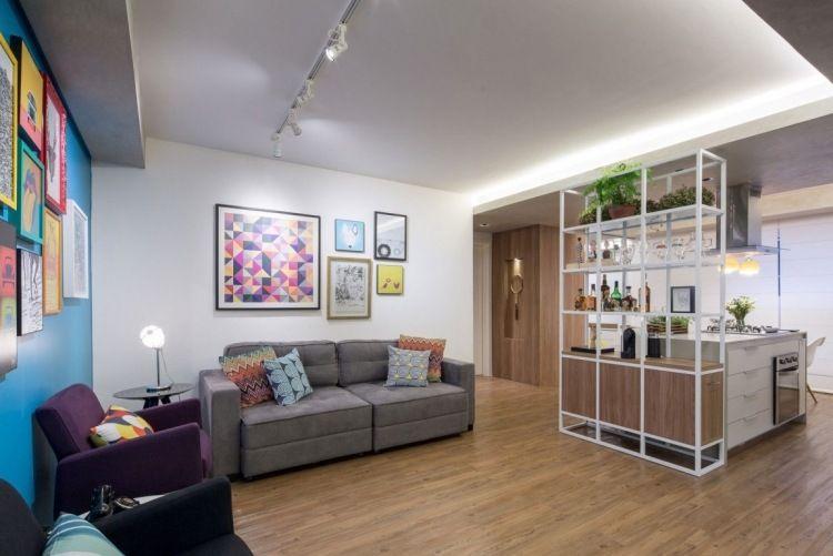 Regalsystem als Raumteiler zwischen Küche und Wohnzimmer