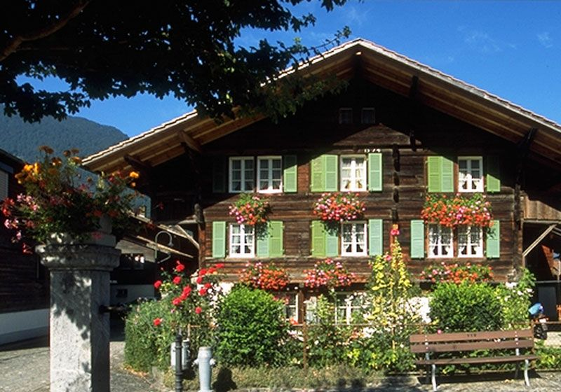 Traditional Swiss Chalet Building In Wilderswil Swiss House Swiss Chalet Chalet