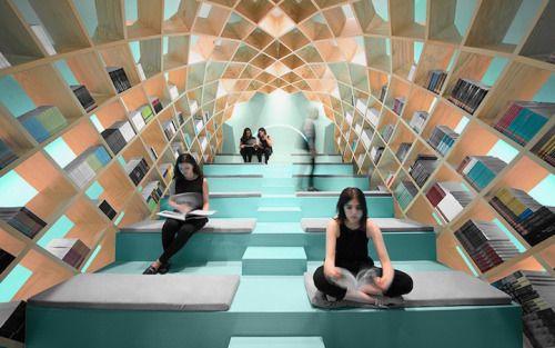 Een spacy ruimte in een bibliotheek in het mexicaanse monterrey. de