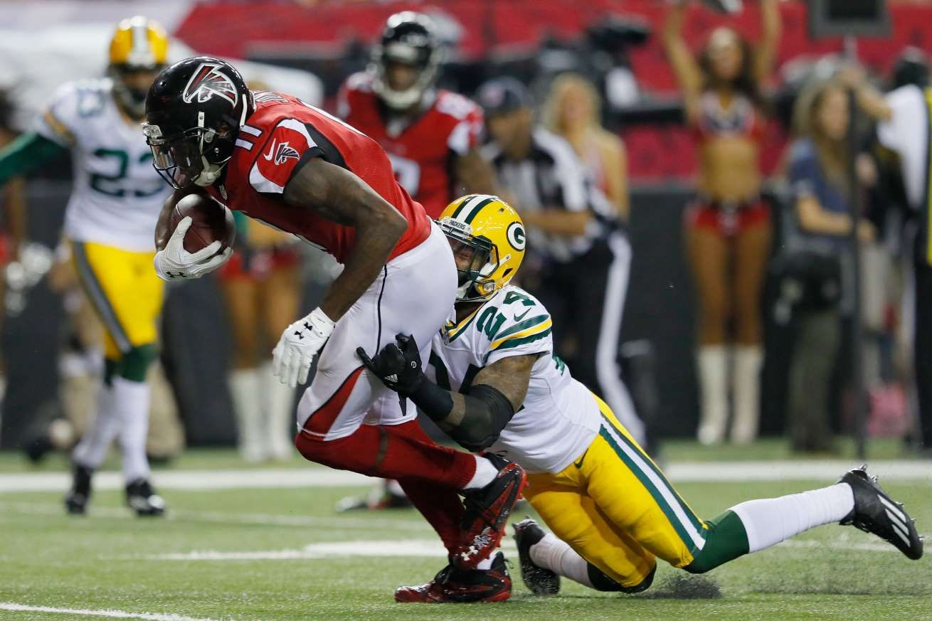 Falcons Receiver Julio Jones Makes A Catch Against The Packers Quinten Rollins In The Second Half At The Georgia Dome With Images Julio Jones Atlanta Falcons Nfl