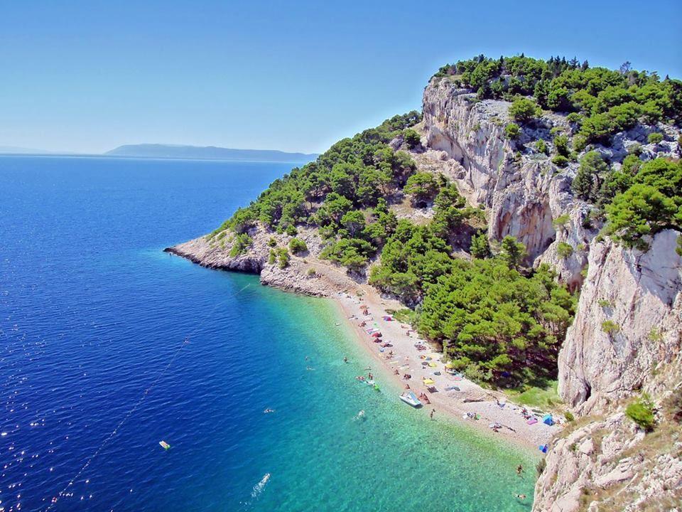 Kroatian rannikko: parhaat rannat löytyvät Dalmatian saaristosta ja Makarska Rivieralta Splitin ja Dubrovnikin väliltä. Saarihyppelyyn / rantalomaan voi yhdistää historiallisia kaupunkeja / patikointia satumaisen kauniissa kansallispuistoissa (Mondo 1/16)