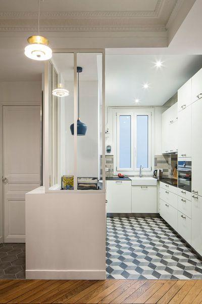 La nouvelle cuisine semi ouverte de cet appartement de style