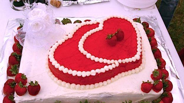 Come fare la torta a forma di cuore per la festa della for Isola cucina a forma di torta