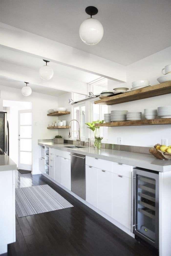 Arredare una cucina bianca - Cucina bianca con mensole in legno ...