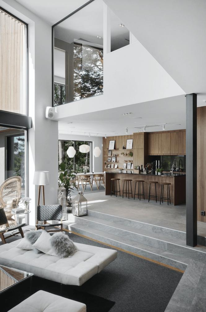 Paredes de madera oscura y techos altísimos en una gran casa a las afueras de Estocolmo