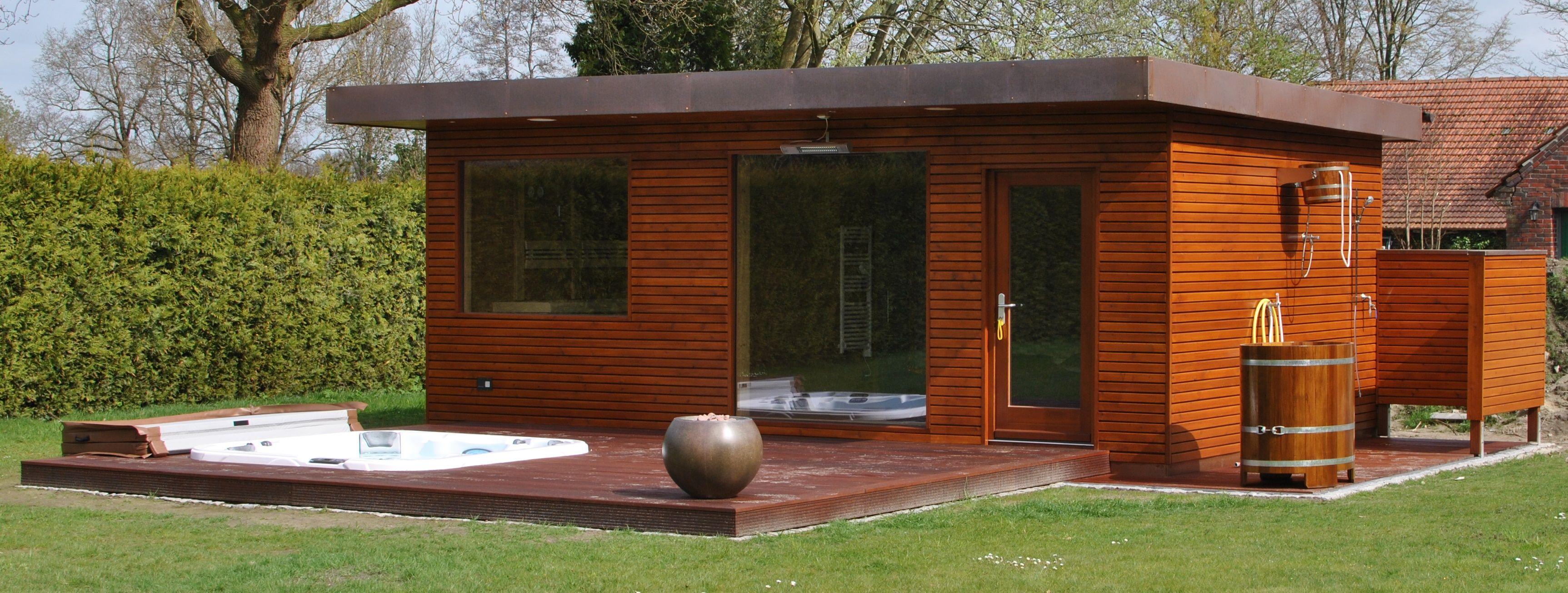 w rmegrad au ensauna mit holzdeck und eingelassenem dimension one chairman whirlpool sauna. Black Bedroom Furniture Sets. Home Design Ideas