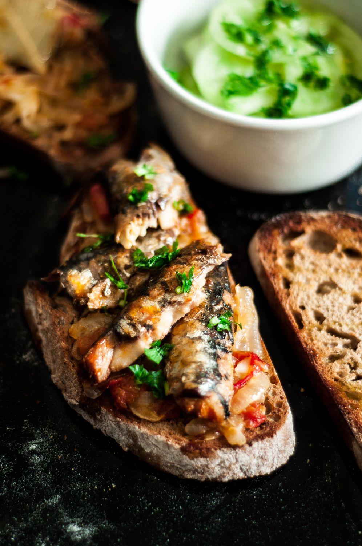 Bruschetta de Sardinha A minha versão dos Santos Populares é esta: pão de centeio com uma cebolada por cima e sardinha em conserva. Não se d...