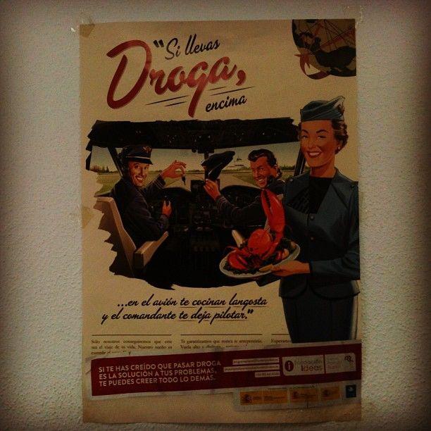 Precioso cartel vintage en la comisaría de policía de El Palo, Málaga, advirtiendo de los peligros de llevar droga en el avión...