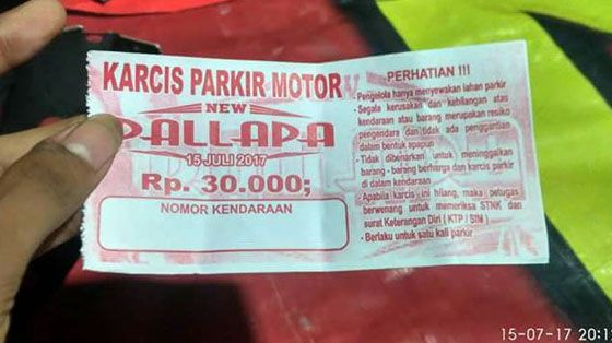 Viral! Nonton Dangdut Parkir Motornya Rp 30 Ribu Netter: Tukang Parkir Naik Haji
