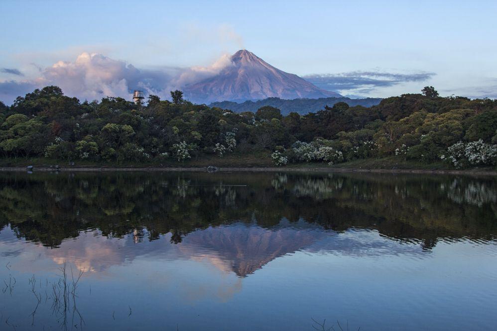 Volcán Colima de México en erupción
