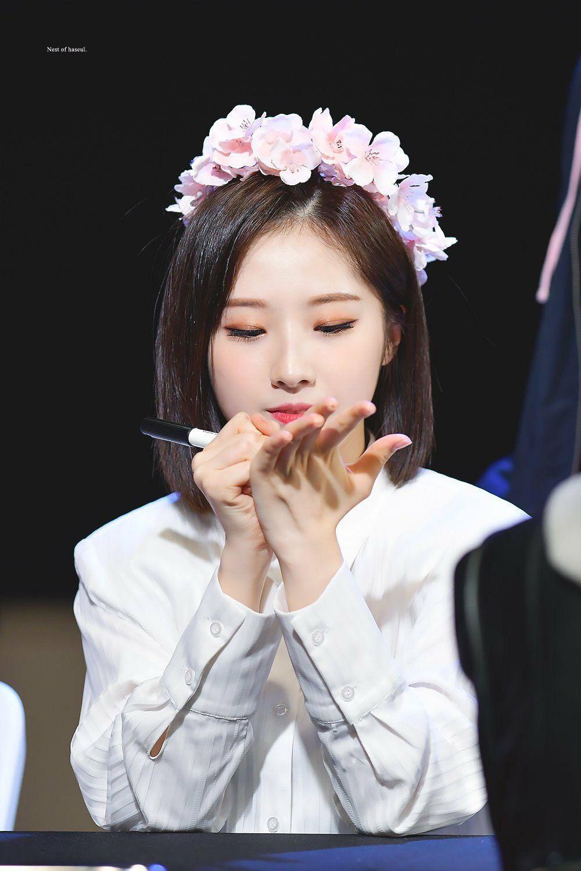 Pin on LOONA (이달의 소녀)