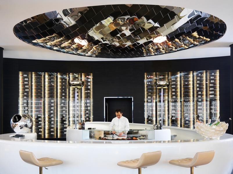 An der zum DOX Restaurant gehörenden Sushi Bar laden